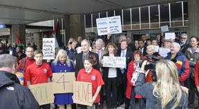 Hove MP's swimming pool petition makes a splash!